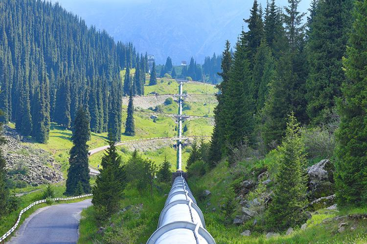 Mountain pipeline (copyright by Shutterstock/Peyker)