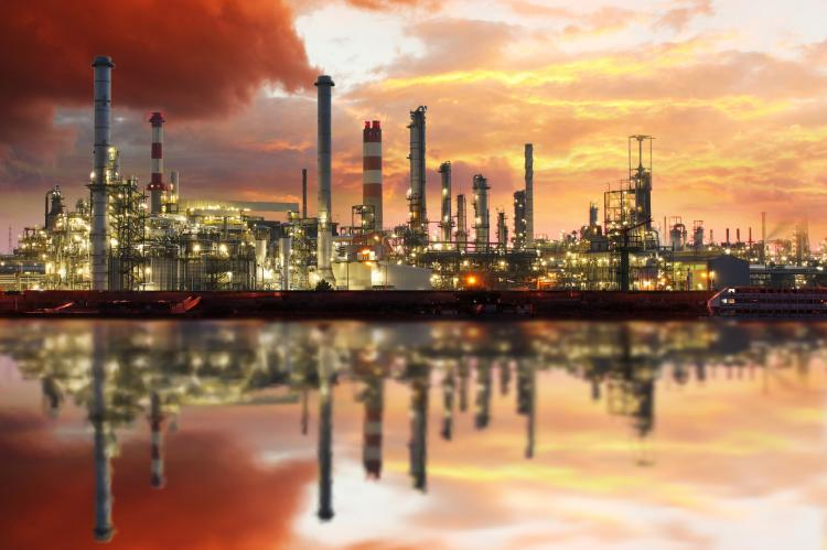 Oil refinery industrial plant at night (copyright by Adobe Stock/TTstudio)