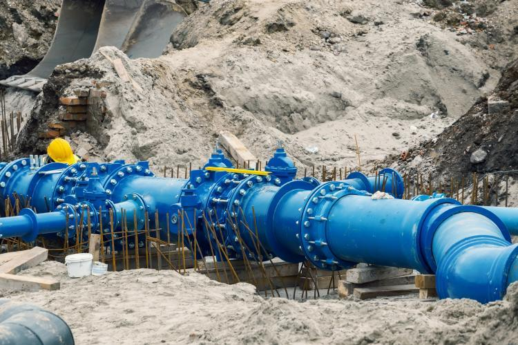 Workers laid water system pipeline at construction site (copyright by Adobe Stock/kalpis)