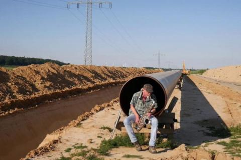 Armin Küpper playing his saxophone in a pipeline (copyright by Armin Küpper)