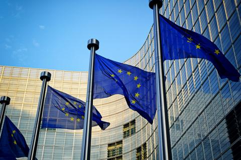 European Union flag infront of the European Commission (copyright by Shutterstock/symbiot)