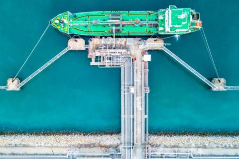 Gas tanker operation at gas terminal (copyright by Adobe Stock/Kalyakan)