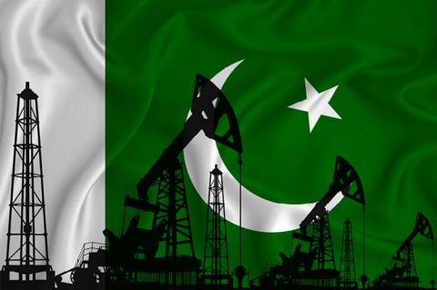 Pakistan flag with drilling platforms and oil wells (copyright by Shutterstock/Comdas)