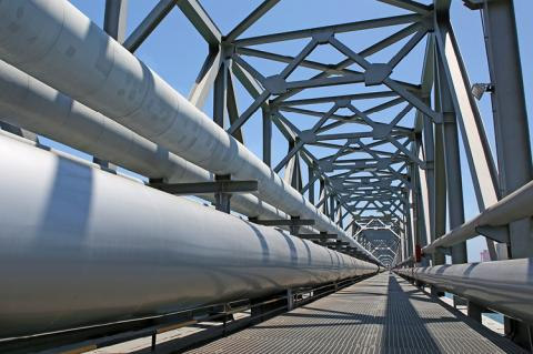 Bridge with pipelines (copyright by Shutterstock/tcly)