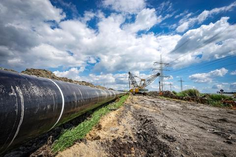 Steel pipes of a pipeline shortly before laying (copyright by Adobestock/Countrypixel)
