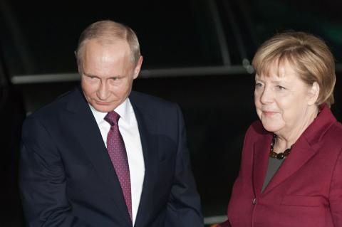 Merkel and Putin meet to talk about Baltic Sea Gas Pipeilne (photocosmos1 / Shutterstock).