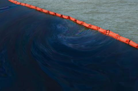 Kuwait battles oil spill in the Persian Gulf (Phonix_a Pk.sarote / Shutterstock)
