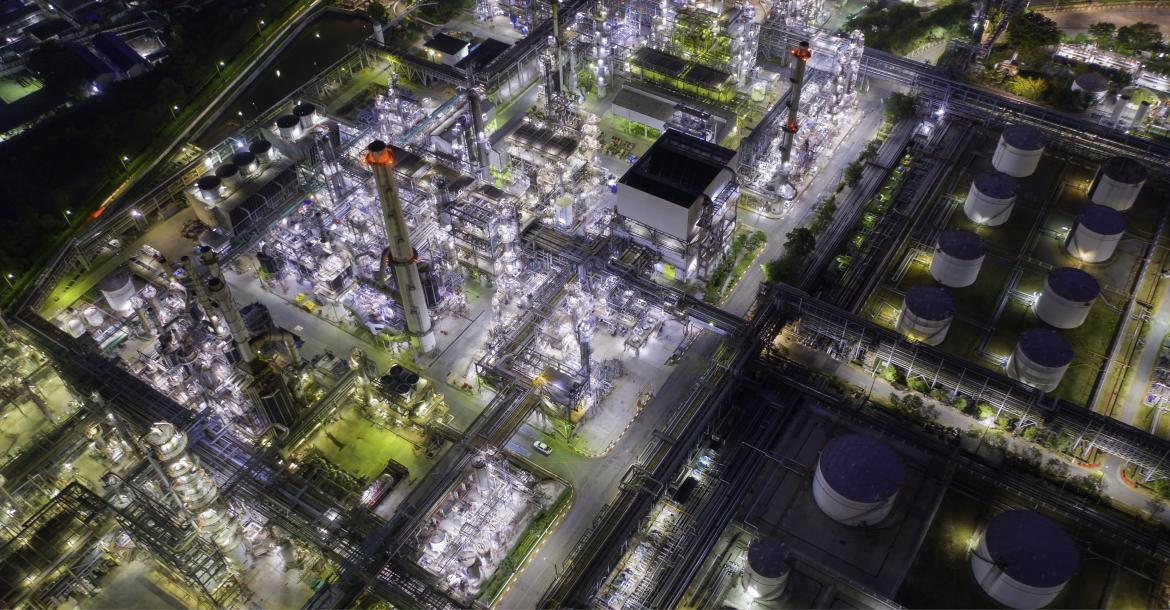 Aerial view of a refinery at night (copyright by Adobe Stock/structuresxx)