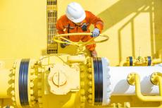 Pipeline valve being opened (copyright by Shutterstock/Oil and Gas Photographer)