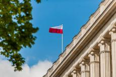 The flag of Poland in the sky (copyright by Adobe Stock/FOTOWAWA)